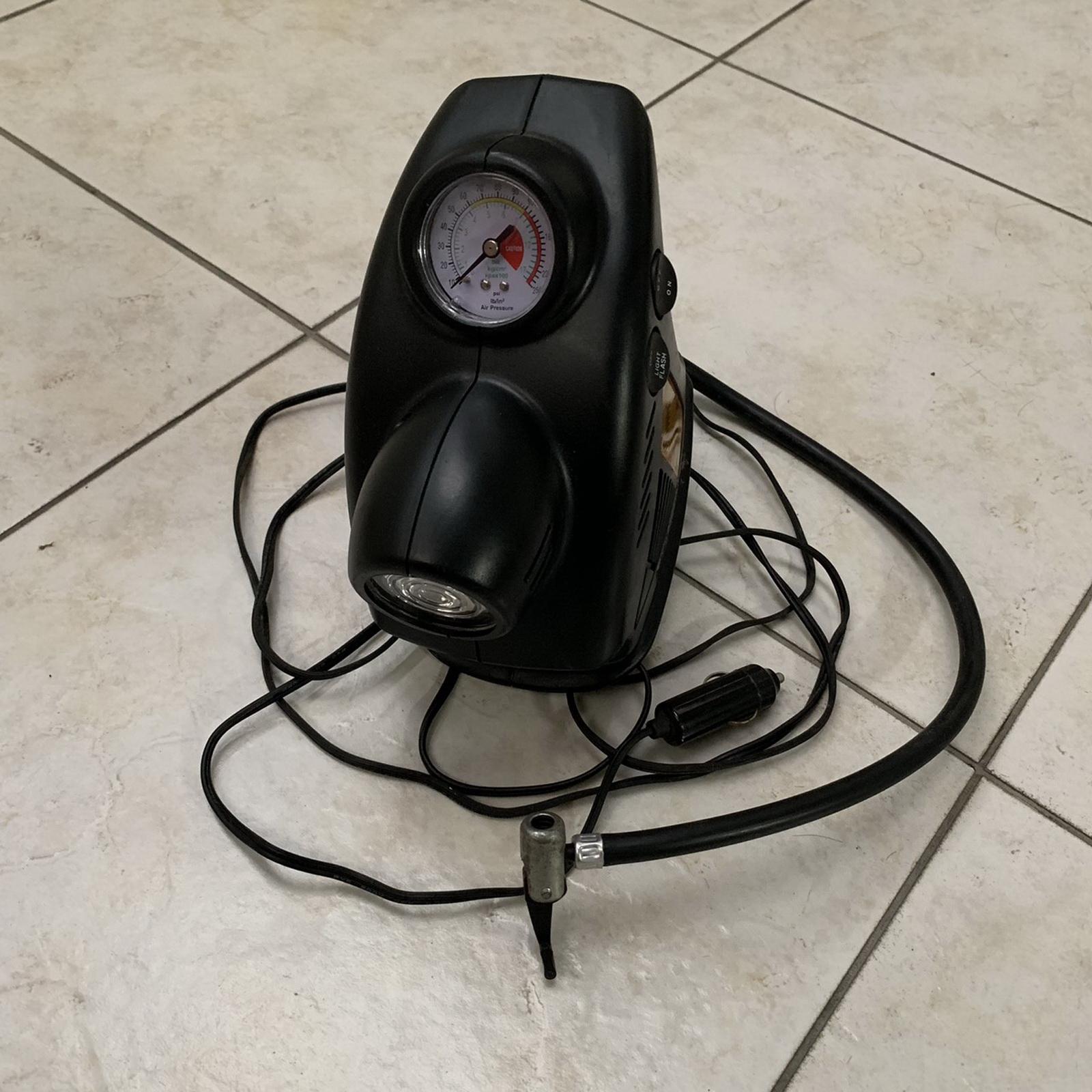圖/▲照片中為車用打氣機,接上車用12V電源後可直接對輪胎充氣。