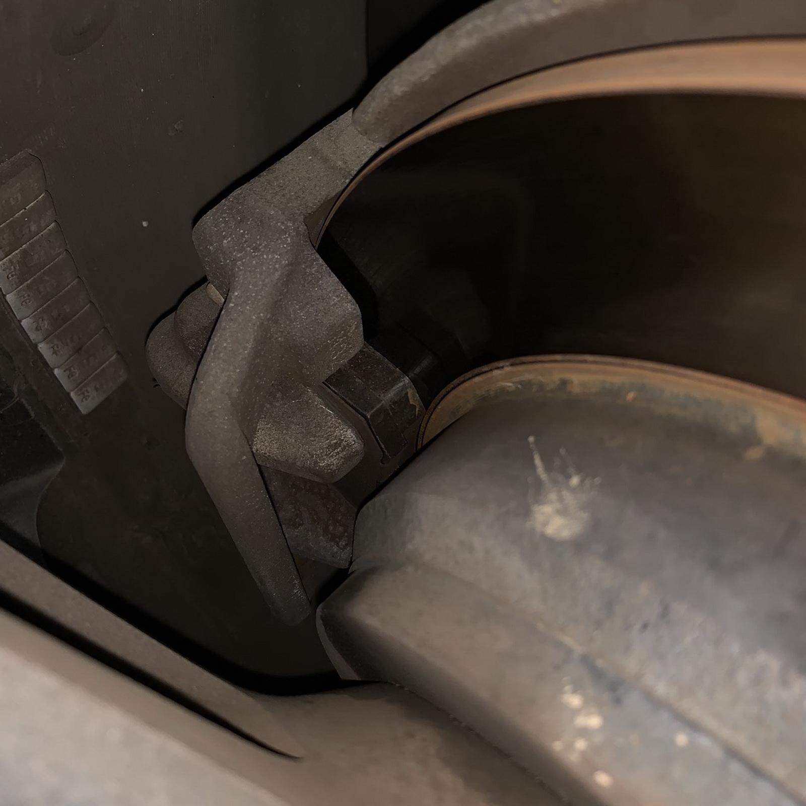 圖/▲目視檢查煞車來令片厚度是否超過2mm,照片中的來令片剛換新不久,可提供大家相對比較。