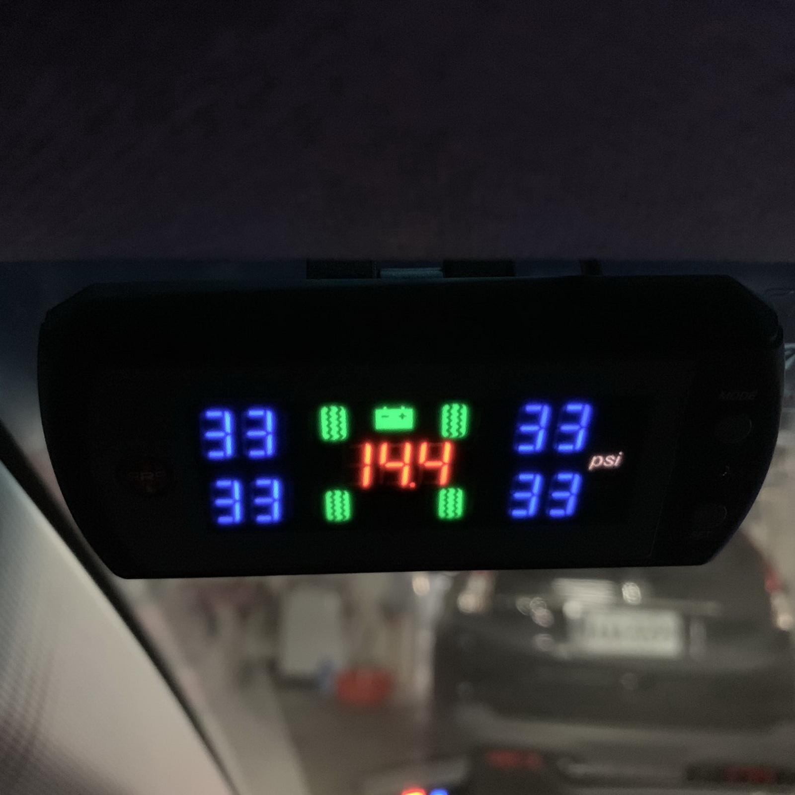 圖/▲此為無線胎壓偵測器,四輪胎壓皆屬正常範圍,中間數值是電壓,啟動後的電壓應介於13.5~14.5V左右,過高或過低都屬異常現象。