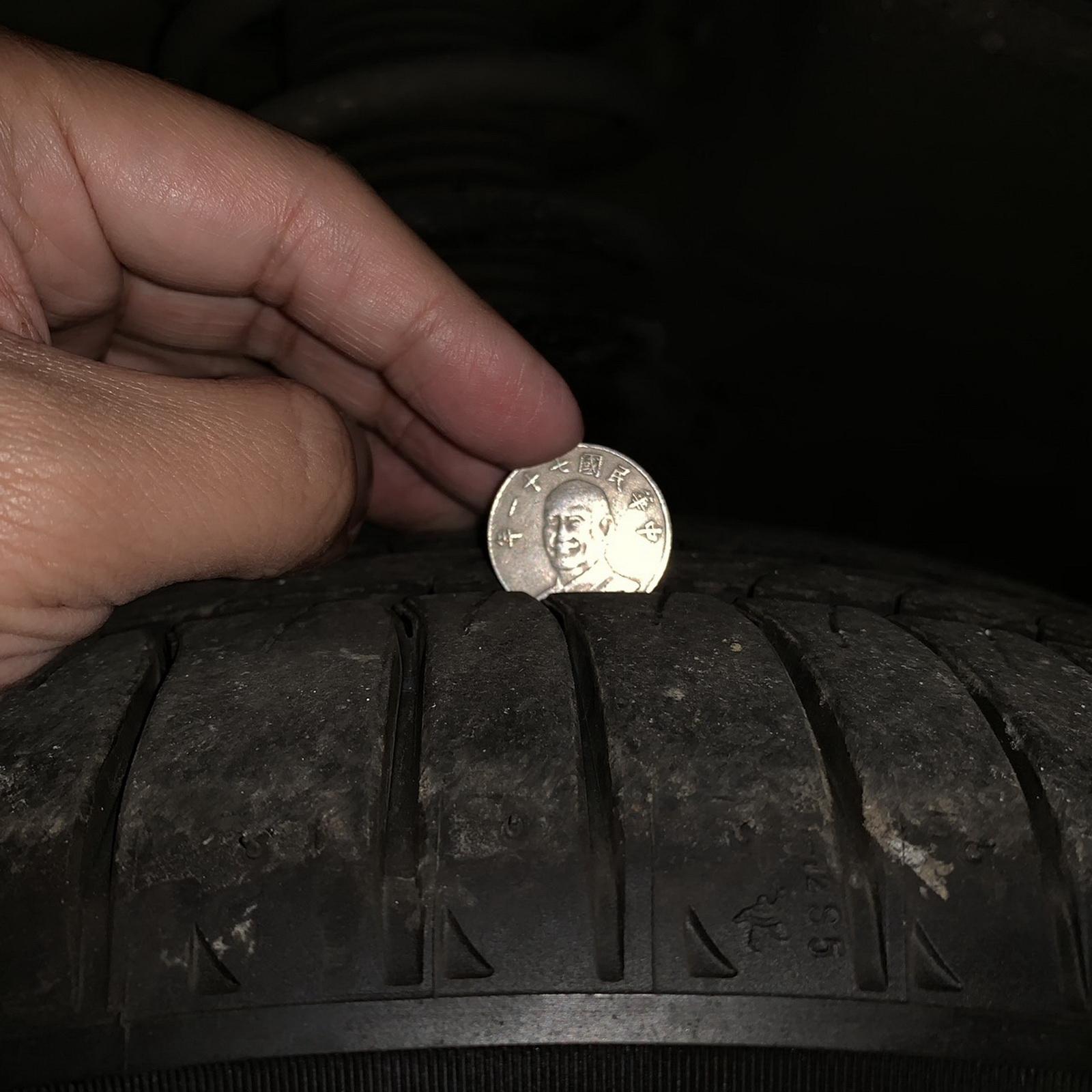 圖/▲利用一枚十圓硬幣,就能完成簡易的胎紋深淺檢查方式。