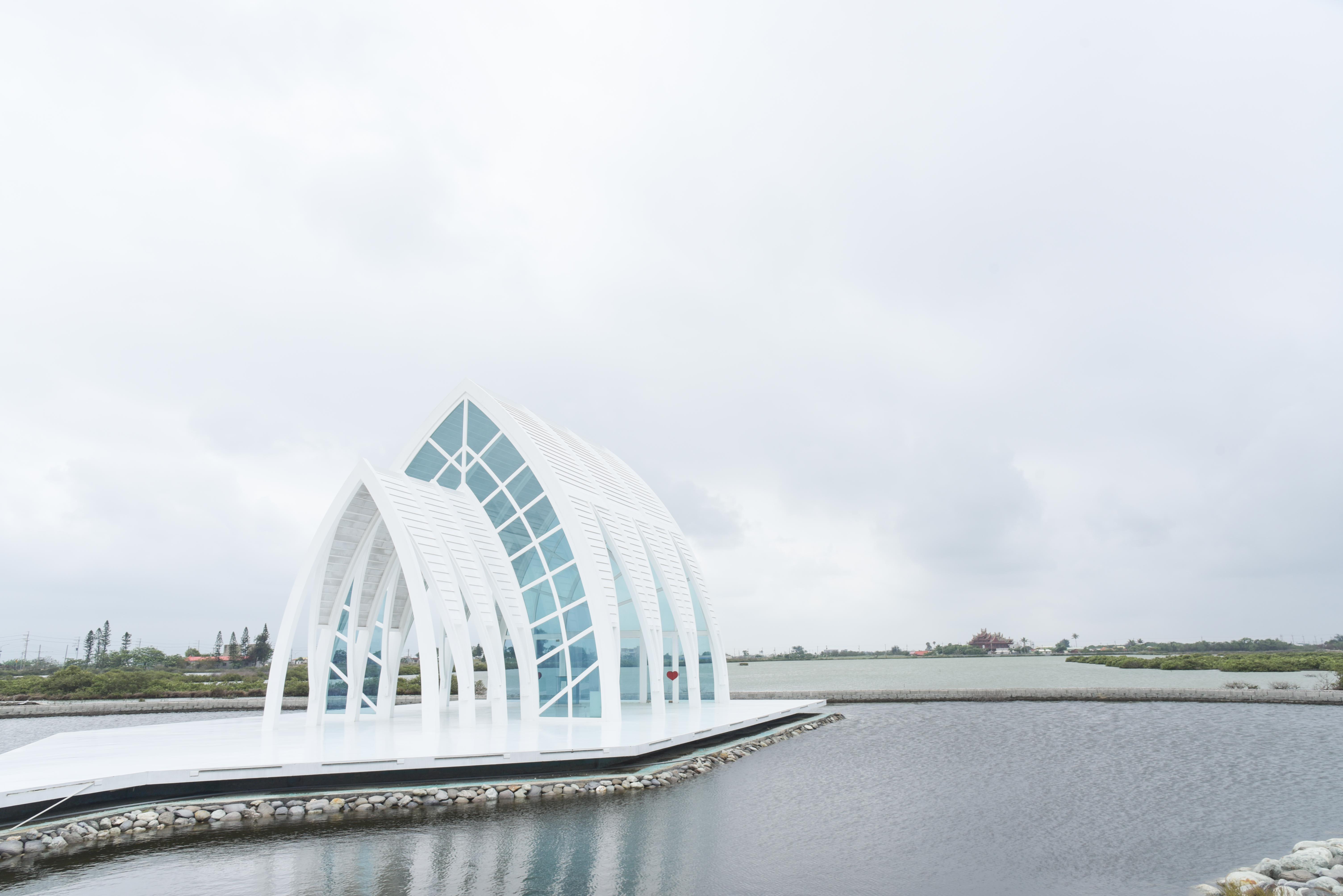 北門水晶教堂擁有極簡純白的外觀,佇立平地之上相當顯眼。圖/觀光局