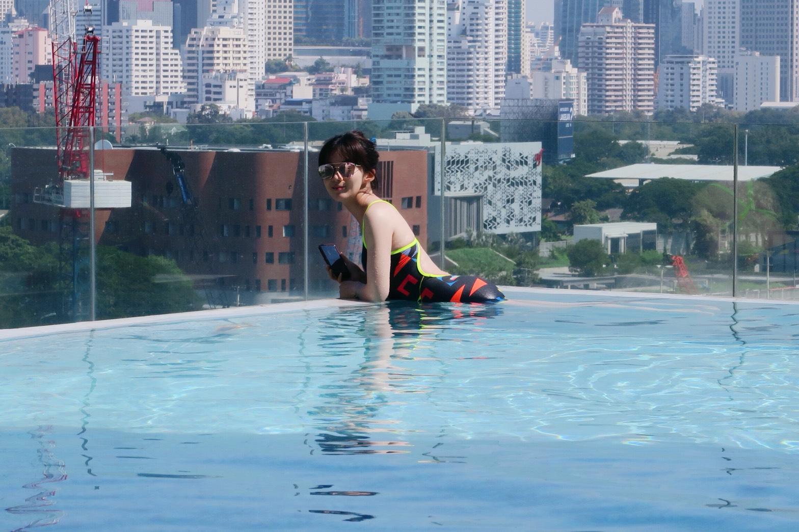 ▲原本準備很多泳衣體驗無邊際泳池的楊小黎,沒料到天氣太冷,因此換完一套就作罷。