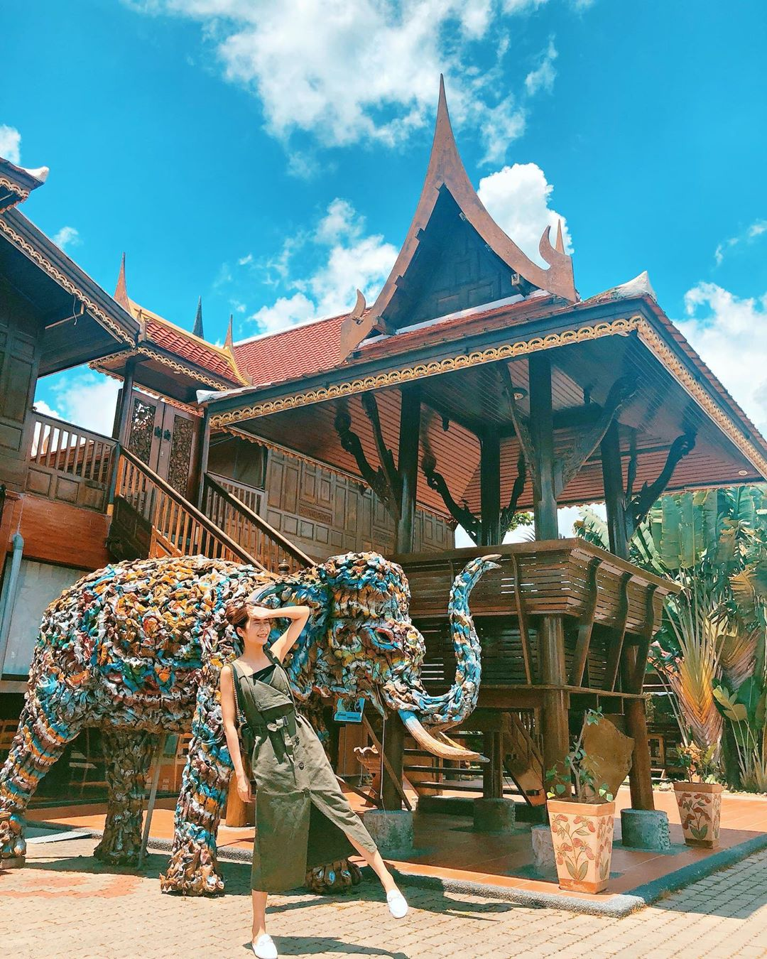 從木材建築蓋起的高腳屋、花園再到餐桌上的料理都充滿泰國風情!