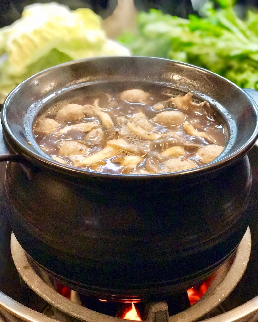 阿和師薑母鴨湯頭使用數十種藥材熬煮而成,精華全在這一鍋!