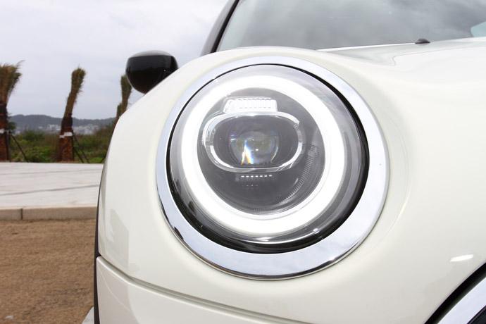 頭燈採用遠近光雙功能LED含環形LED日行燈。版權所有/汽車視界