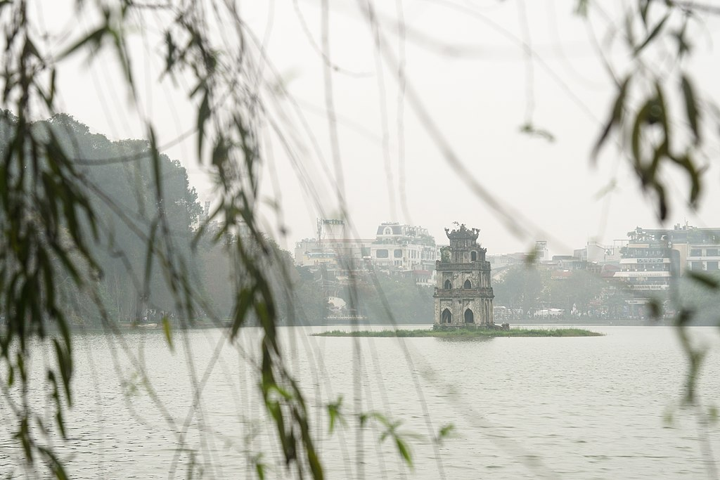 還劍湖 (Photo by Alexey Komarov, License: CC BY-SA 4.0, Wikimedia Commons提供)
