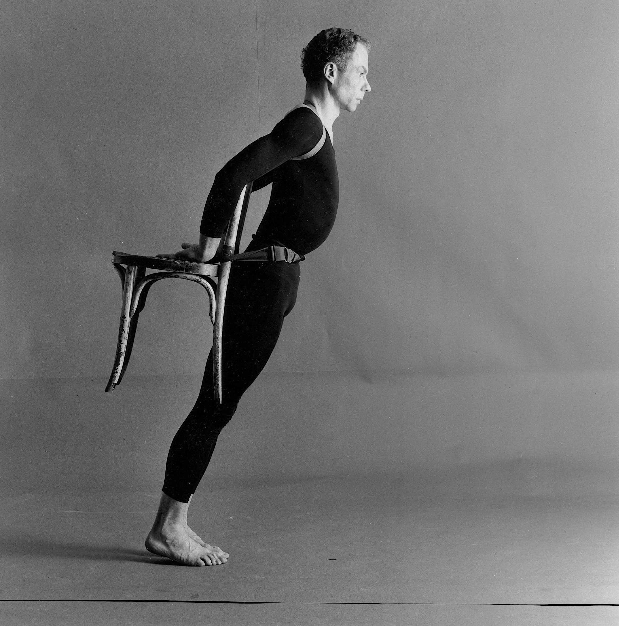 有次,康寧漢突然提議想在舞台上背著椅子跳舞,勞森伯格開心地回答「如果你要背椅子跳舞,那我就要在舞台上弄一個門板。」