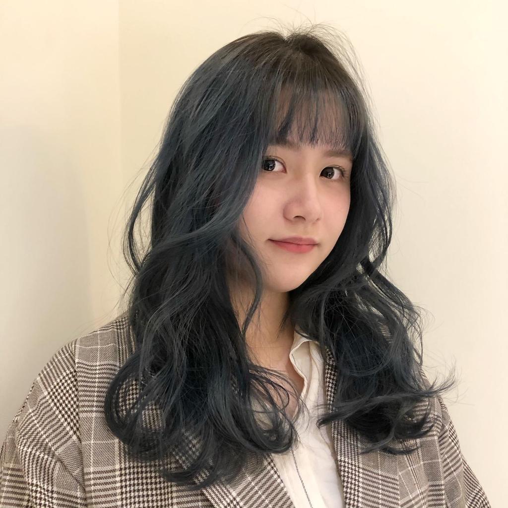 不過度高調的綠色,搭配灰灰霧感,讓中長卷髮層次與蓬鬆感激增,搭配超Q齊瀏海瞬間小10歲!