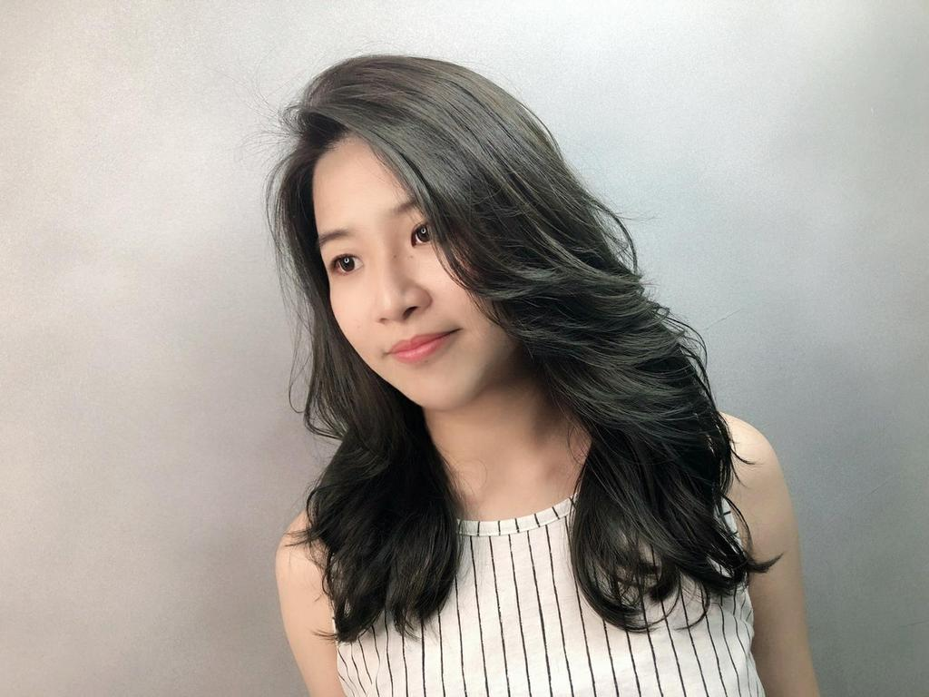 外翻式浪漫大卷髮加上仙氣逼人的灰綠色系,雖然是大旁分,但卻因為髮色的搭配,不會顯得太艷麗!