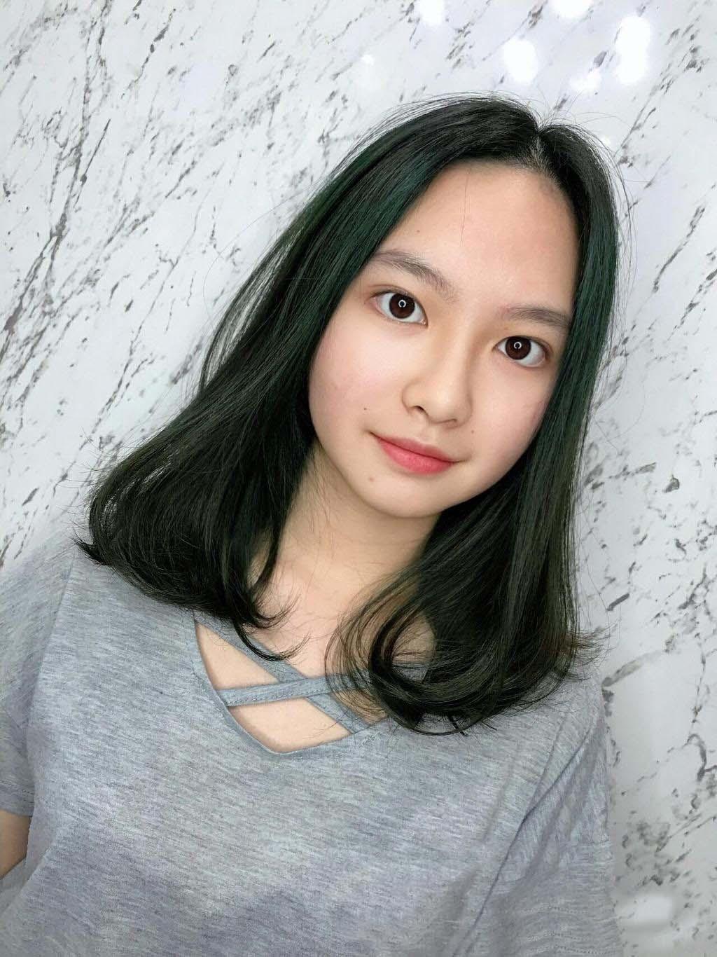 以墨綠為基底,搭配米灰色光,整體髮色非常有層次,讓女孩自帶森林系清新風格與空靈氣質!