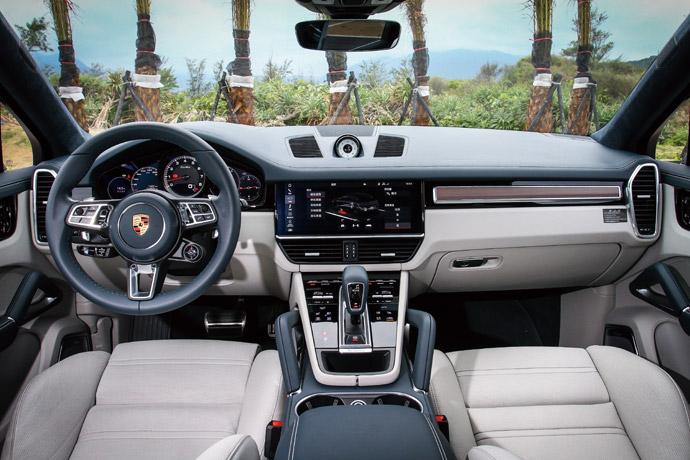 大量的液晶觸控介面呈現,混以真皮內裝的兩者搭配,同時,在Cayenne Turbo Coupé的車頂則是施以Alcantara麂皮材質,彰顯更運動化的內裝陳設。版權所有/汽車視界