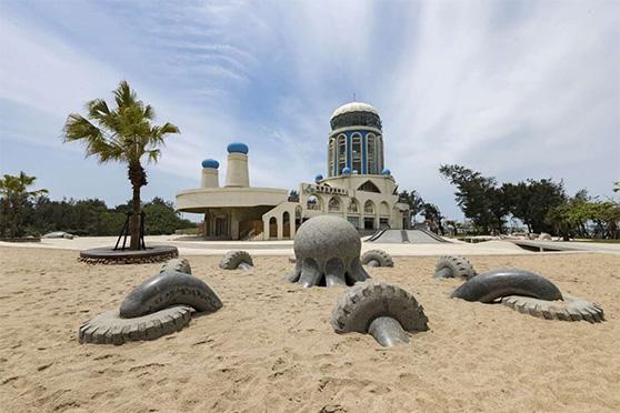 南寮舊港保存下來,並與新港一同進行再生發展計畫,匯聚親子沙灘、魚鱗天梯等人氣景點。圖/新竹市政府城市行銷處