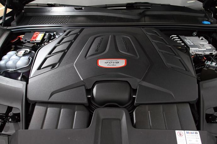 4.0升V8雙渦輪增壓引擎,提供550hp最大馬力,以及78.5kgm的扭力峰值,搭配Tiptronic S八速手自排變速系統,0-100km/h加速可在3.9秒完成。版權所有/汽車視界