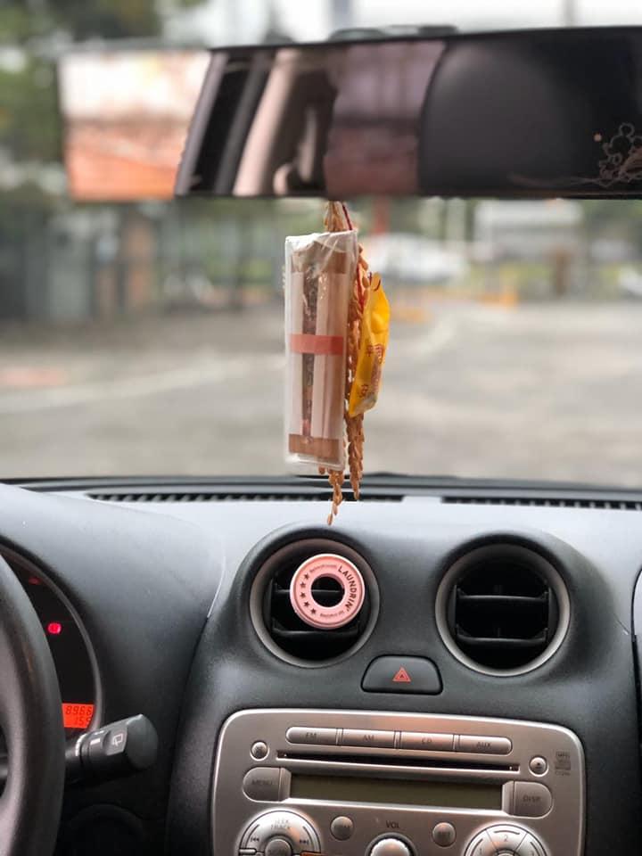 小CALL車上掛著行車安全平安符