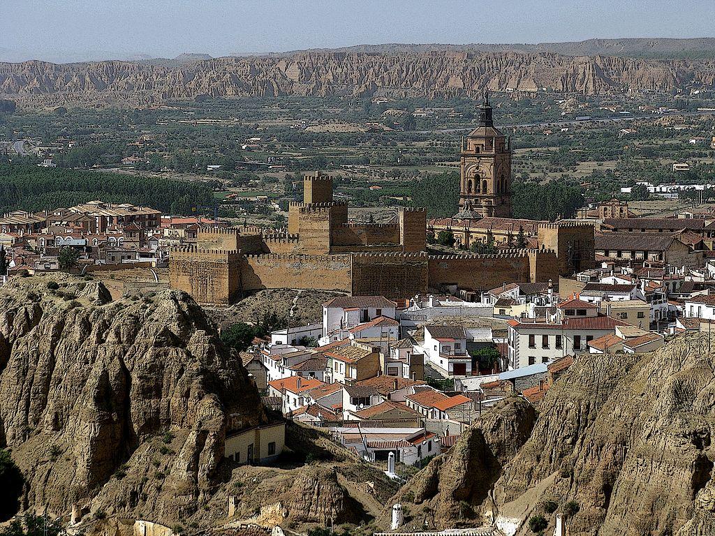 瓜迪斯 (Photo by agracier - NO VIEWS, License: CC BY-SA 3.0, 圖片來源web.archive.org/web/20161030151102/http://www.panoramio.com/photo/97050736)