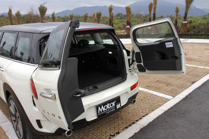 尾門維持了經典對開式,並搭配感應設定更為實用。版權所有/汽車視界