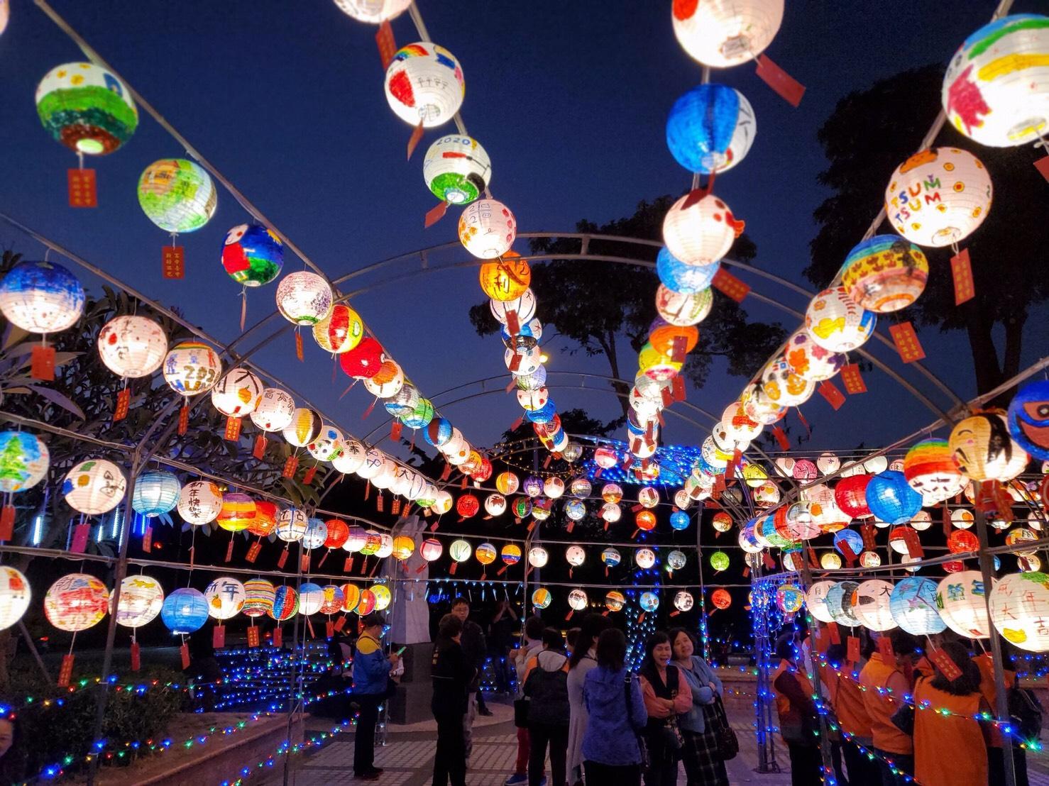 迎新春與緊接而來的元宵節都少不了燈籠元素,北中南各地許多景點、街道巷弄都變出新花樣。圖/台中市政府