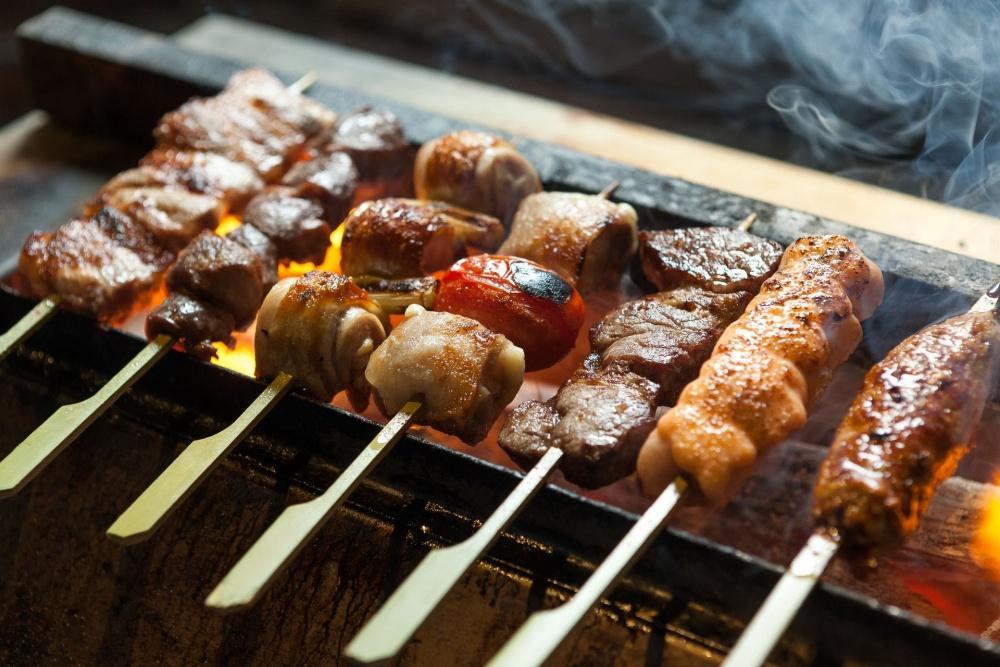 串燒選擇多,主打嚴選地雞製成的雞肉串燒。