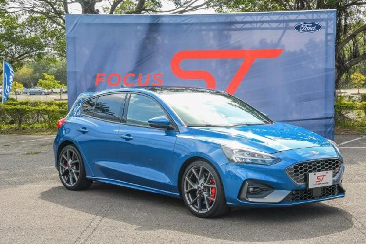 Ford Focus ST 造成熱烈的討論話題,已威脅到同樣是國民鋼砲性能車 Golf GTi 地位,Focus ST 搭載 2.3 升渦輪引擎,繳出 280hp/42.8kgm 最大動力。