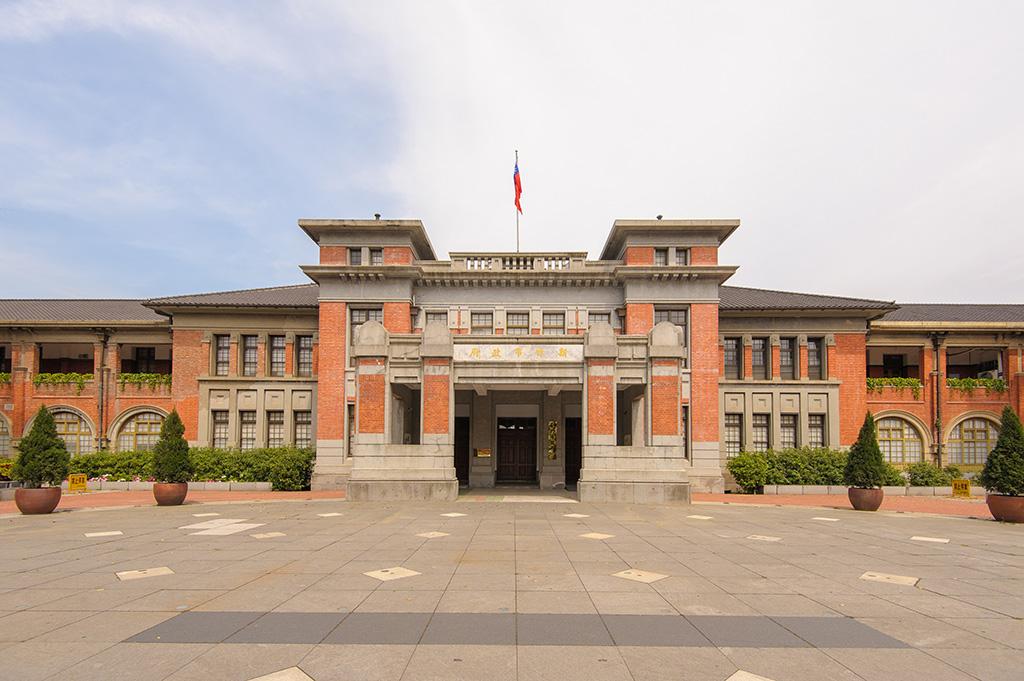 新竹州廳主體為一棟兩層樓的磚造建築物,採用和洋混和風格設計,目前列為國定古蹟。圖/觀光局