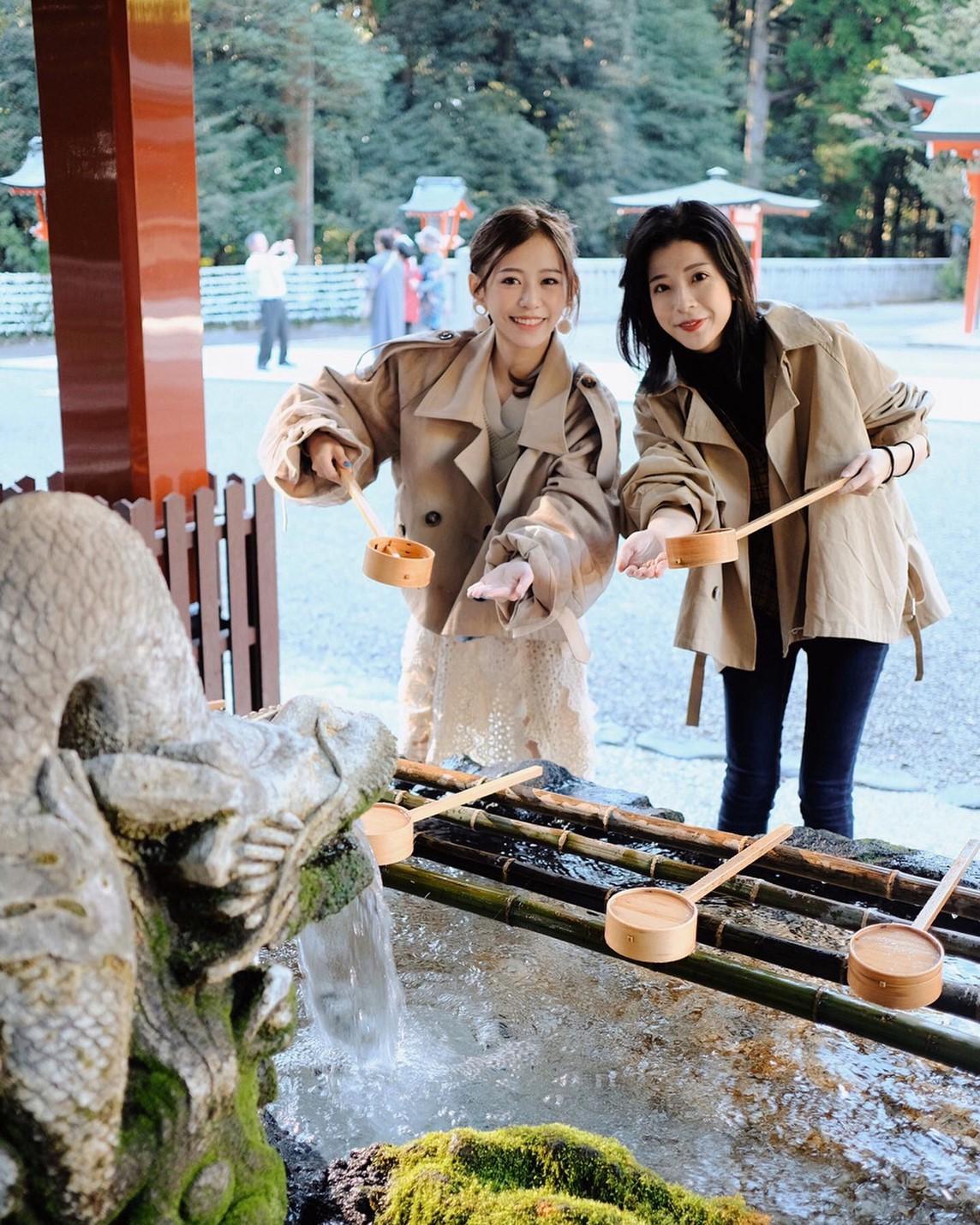 ▲參拜前紀卜心和Alice在手水舍洗淨。