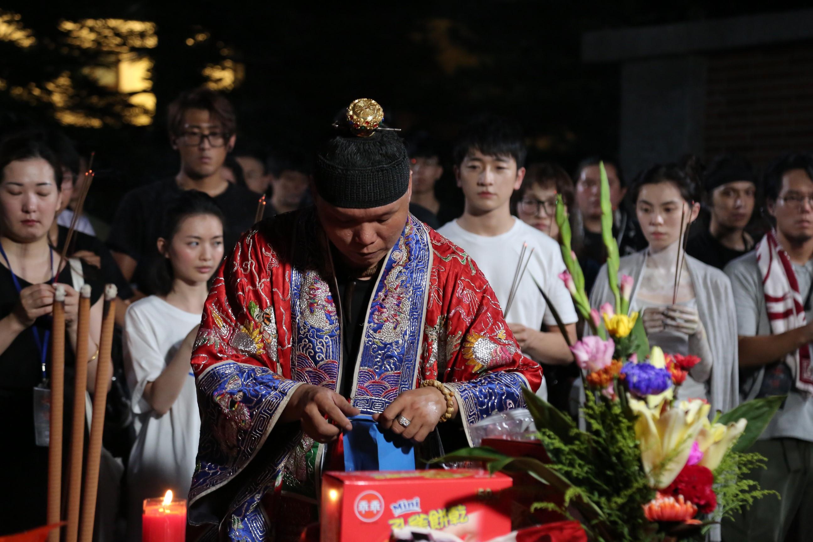 《女鬼橋》台灣第一把交椅宗教顧問盯場 龍哥為所有演員保平安