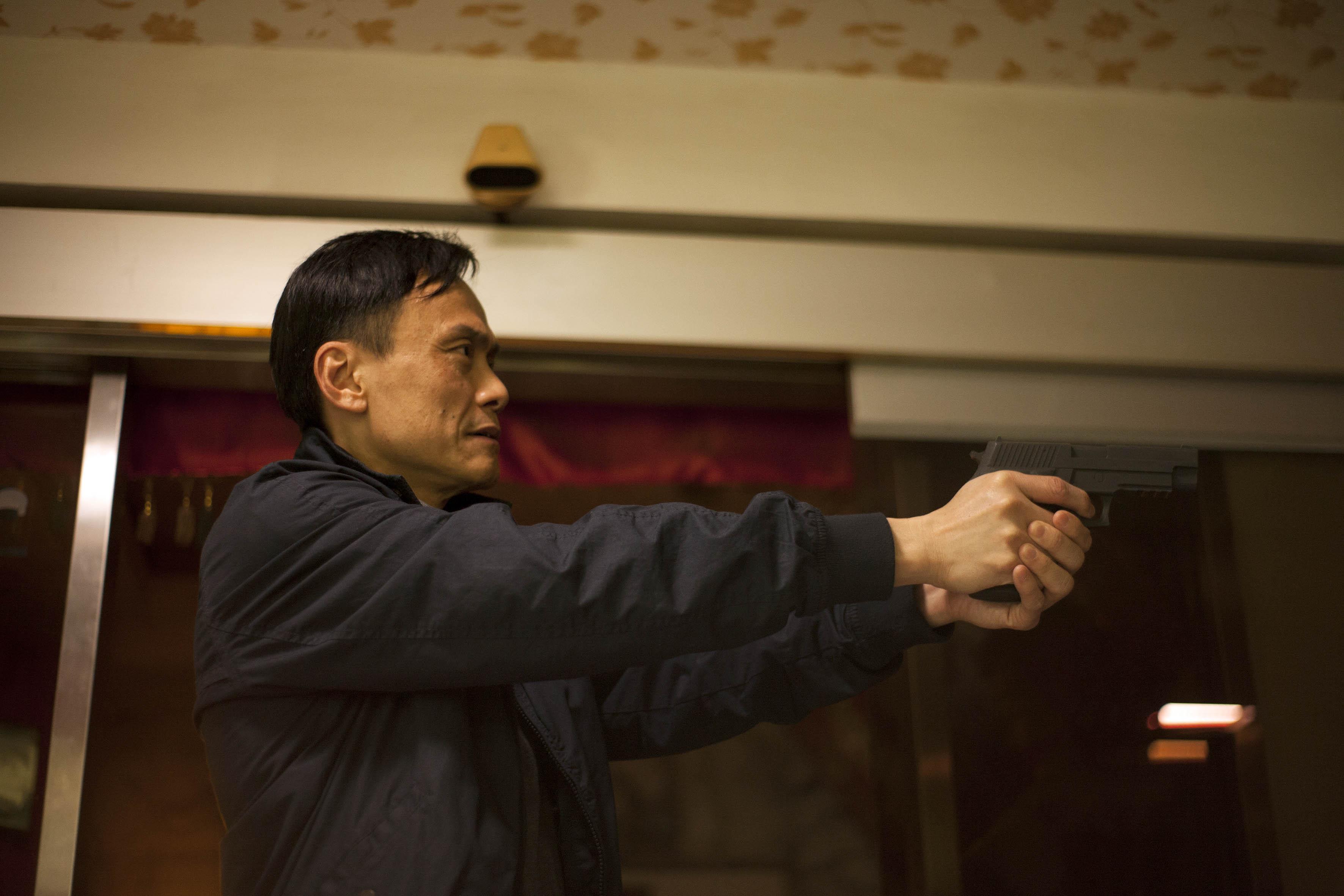 陳以文在片中飾演罪犯石知田的爸爸,同時也是警察