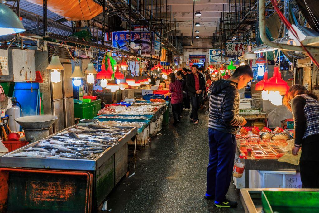 南寧現撈魚市場可以購買最新鮮的漁獲,若是不想自己處理烹調,也可以委由當地餐廳料理。圖/蘇澳觀光旅遊網