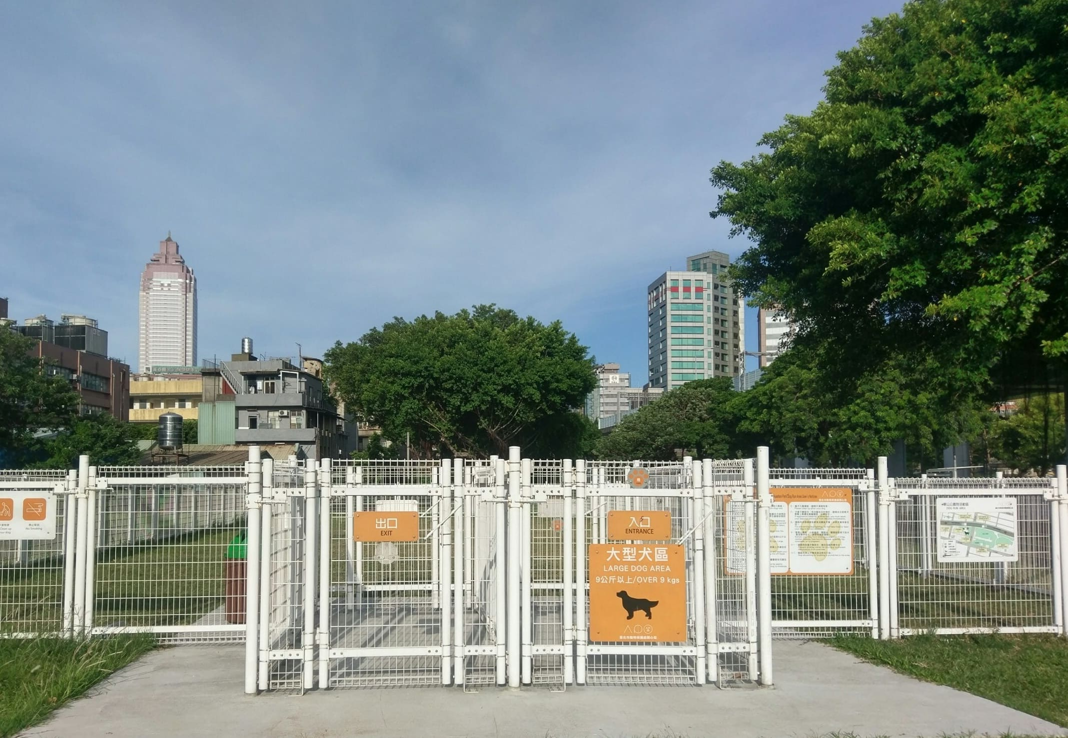 華山公園設立台北市首個狗活動區,讓犬隻能夠在都會區擺脫繫繩的束縛。圖/北市府產業發展局