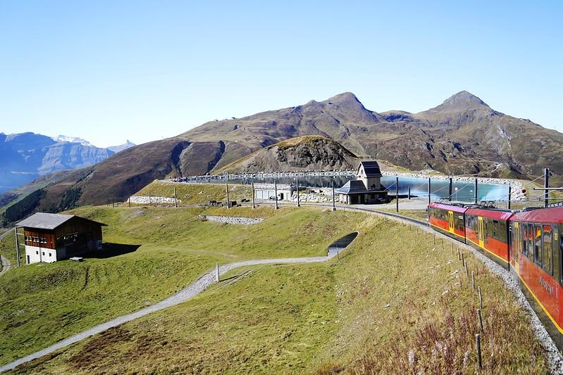 登上少女峰山頂必經的火車站~小夏戴客(Kleine Scheidegg)