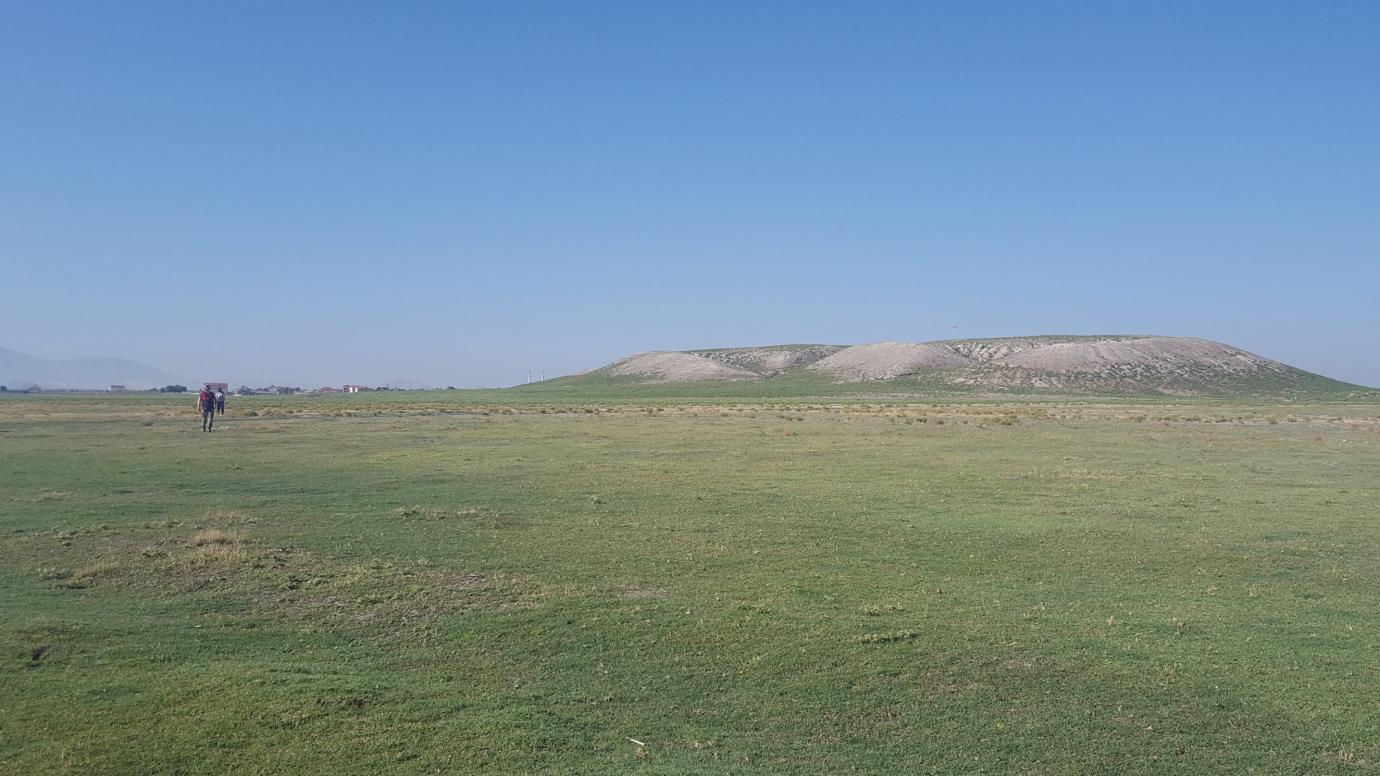 Full view of the archaeological mound at Türkmen-Karahöyük (University of Chicago)