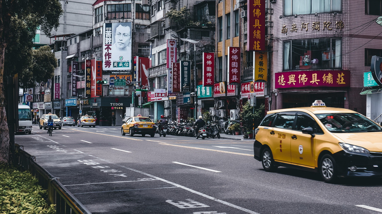 圖/汽車牌照分成R牌、T牌與白牌三種,R牌指租賃牌營業使用車,T牌則指白底紅字、英文字母T開頭的車牌,也就是街上隨處可見的黃色計程車。圖片來源:Punnatorn Thepsuwanworn from Pixabay