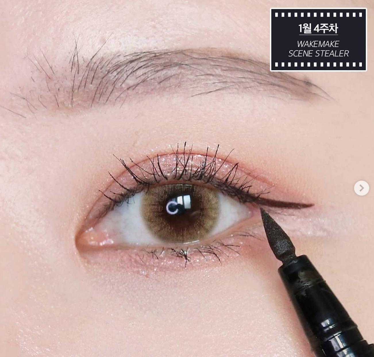 戴口罩時因為只露出眉、眼部分,所以把這區塊顧好就對了,主要可先用眼線液或者眼線筆把內眼線、眼尾線條先畫好