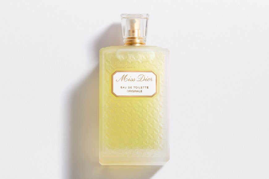 《DIOR》的第一瓶香水MISS DIOR ORIGINAL,典雅復古的瓶身讓人立刻就聯想到Lady Dior包款的菱格壓紋
