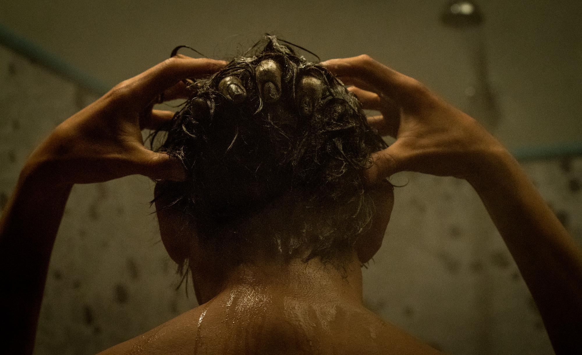 被迫狂洗冷水澡 周約翰再現影史經典鬼洗頭