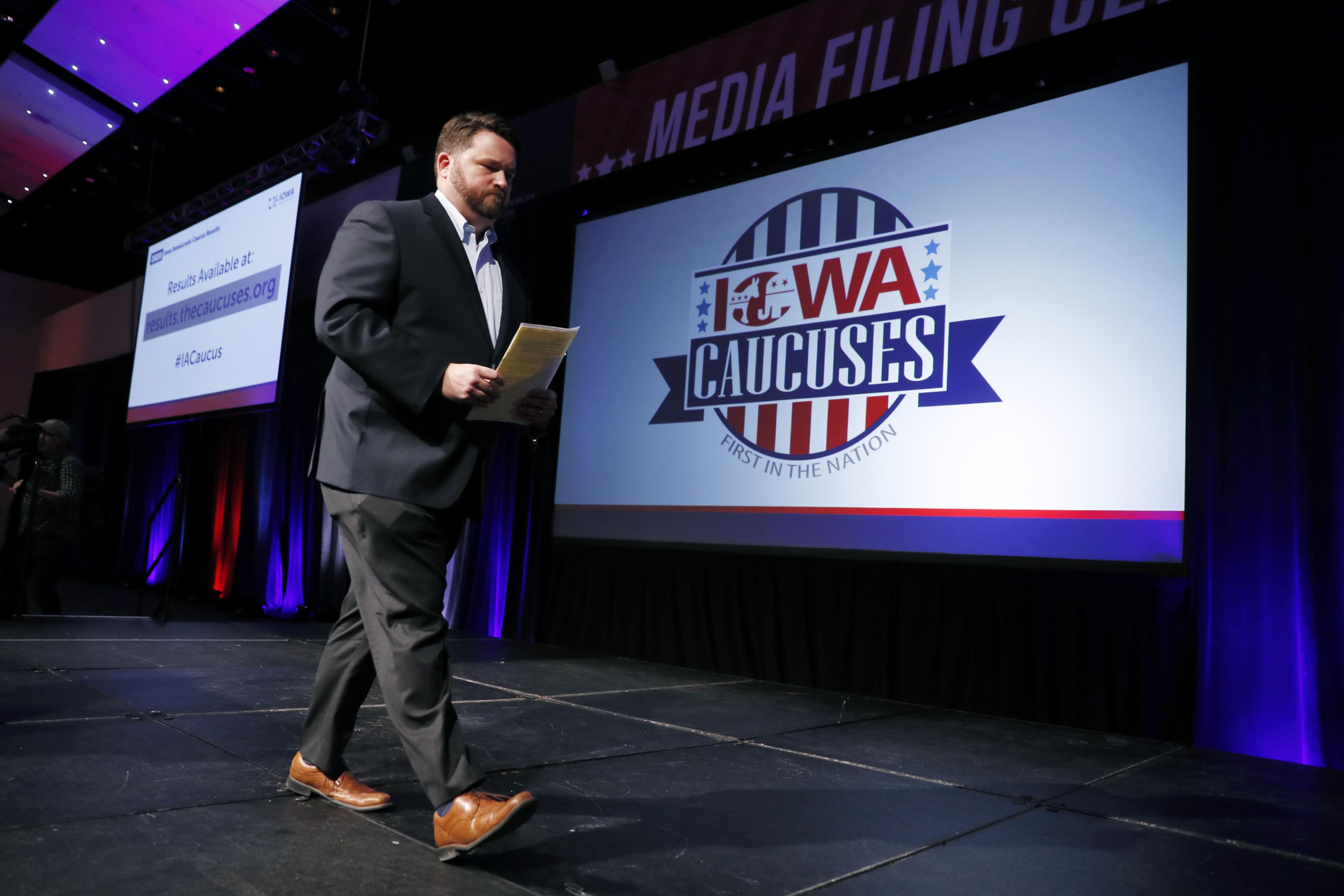Ensuite, le président du Parti démocrate de l'Iowa, Troy Price, quitte la scène après avoir parlé du retard dans les résultats du caucus de l'Iowa, le mardi 4 février 2020, à Des Moines, dans l'Iowa. (Charlie Neibergall / AP)