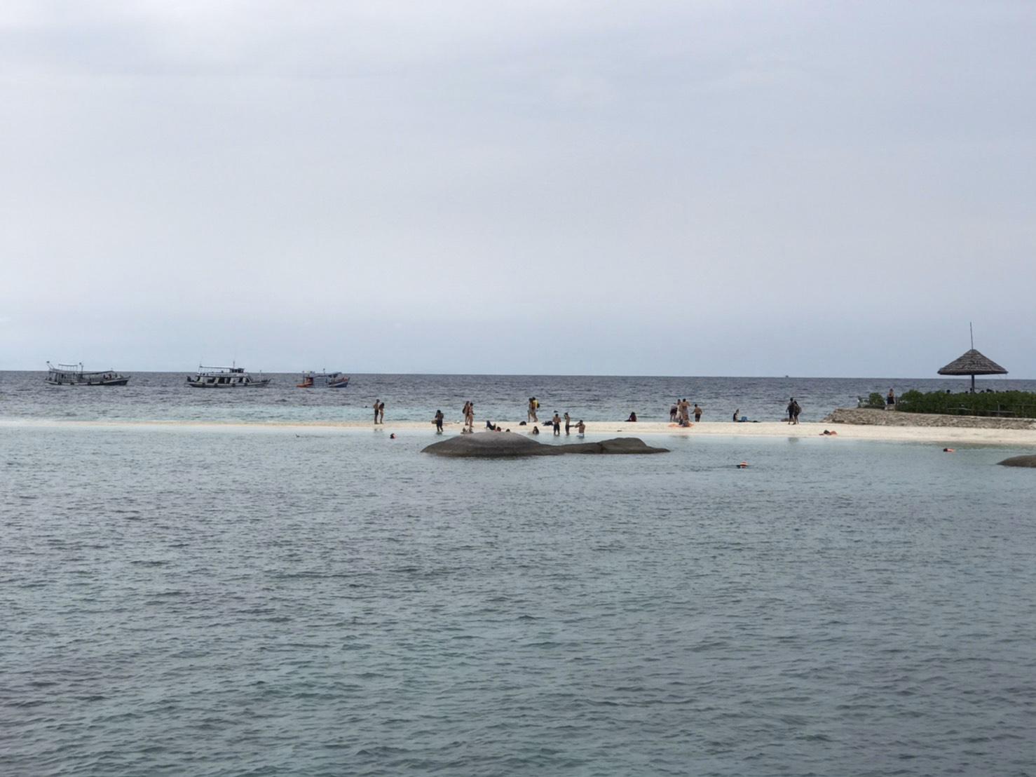 ▲由三個小島組成的「藍幽島」每當退潮的時候,就會出現兩個如同半月彎的奇特景象。