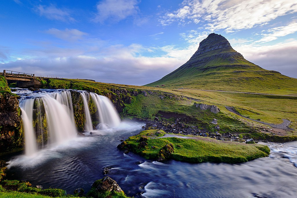 教堂山 (Photo by Urs Meyer, License: CC BY 3.0, 圖片來源web.500px.com/photo/233983135/Kirkjufellsfoss-by-Urs-Meyer)