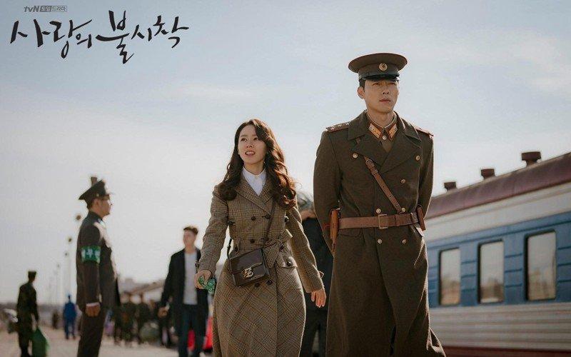 《愛的迫降》女主角尹世理(孫藝珍飾)利正赫(玄彬飾)前往平壤拍攝護照照片