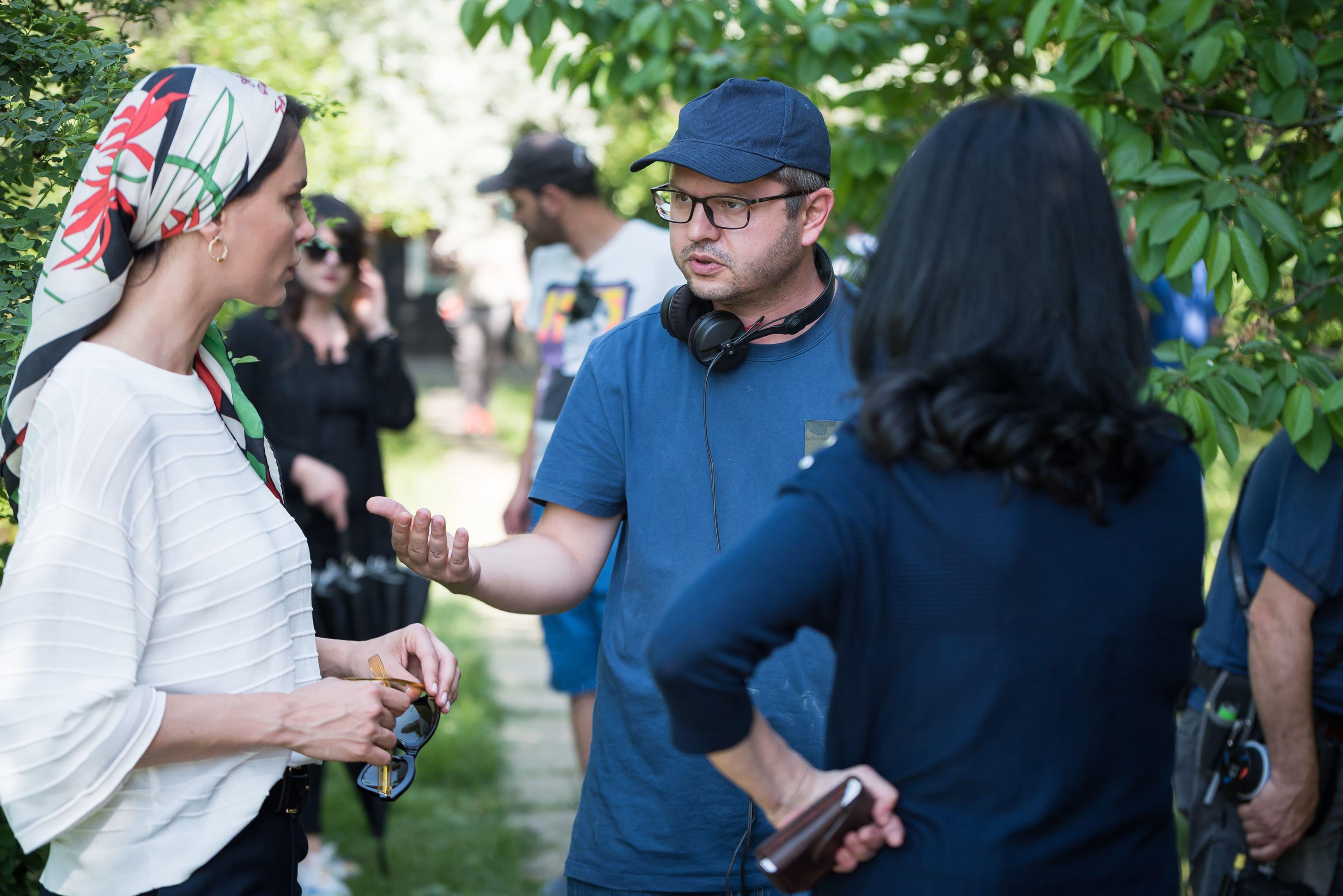 《吹哨奇案》新聞發稿照_導演波蘭波宇於片場指導女主角卡特琳娜馬龍