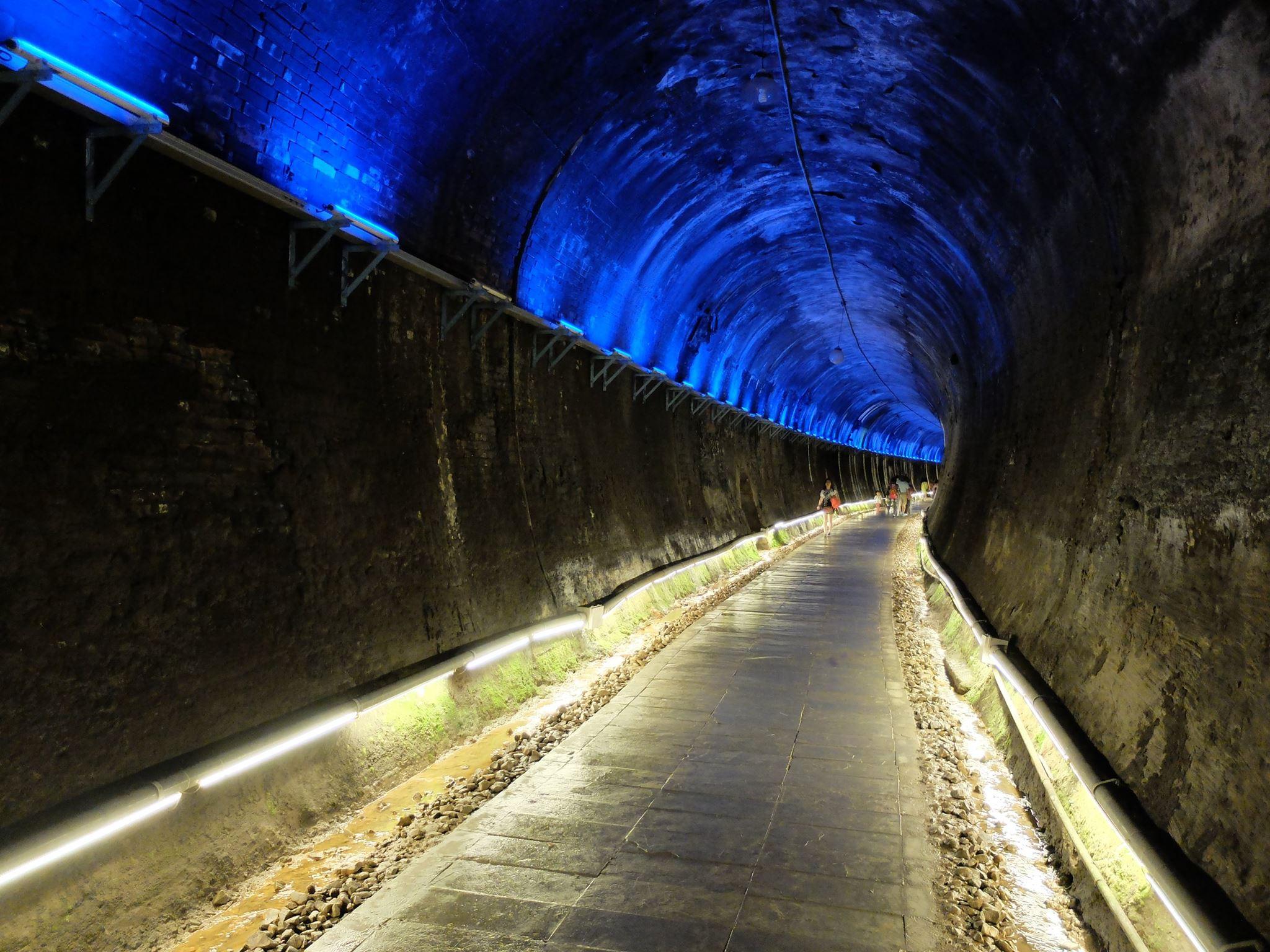 貓貍山公園下方的功維敘隧道也是一大亮點,是全台唯一的鐵道城牆式隧道,增設七彩霓虹燈,還有逼真的火車音效。圖/功維敘隧道臉書粉絲專頁