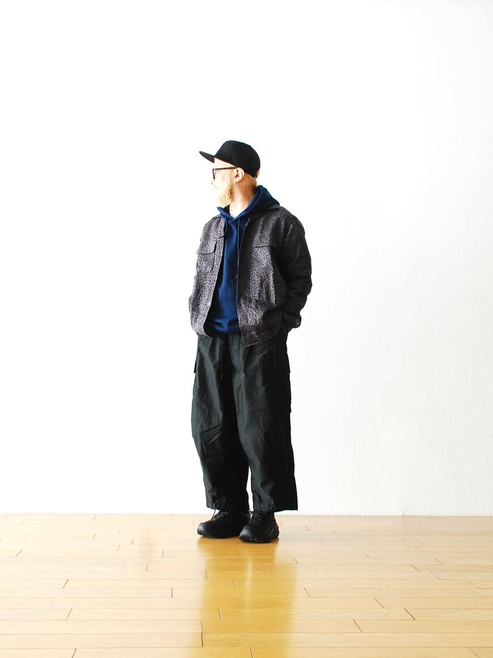 同樣取材自軍裝,但褲身兩側保留了偌大的口袋設計