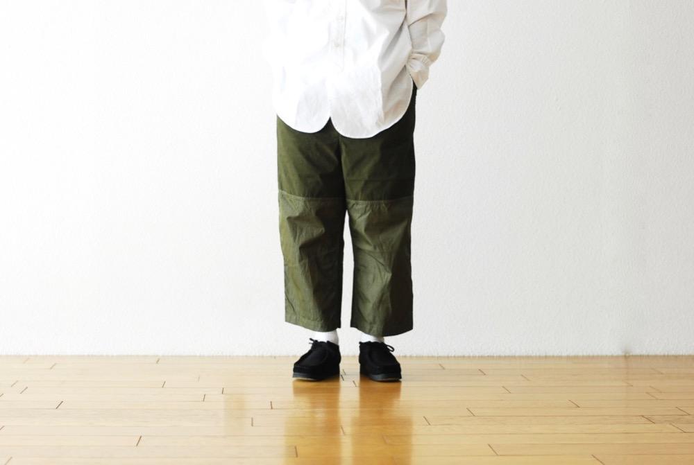 而寬鬆褲身一反軍裝慣有的硬派,透過柔和線條修飾更加符合現代都會服裝的樣態