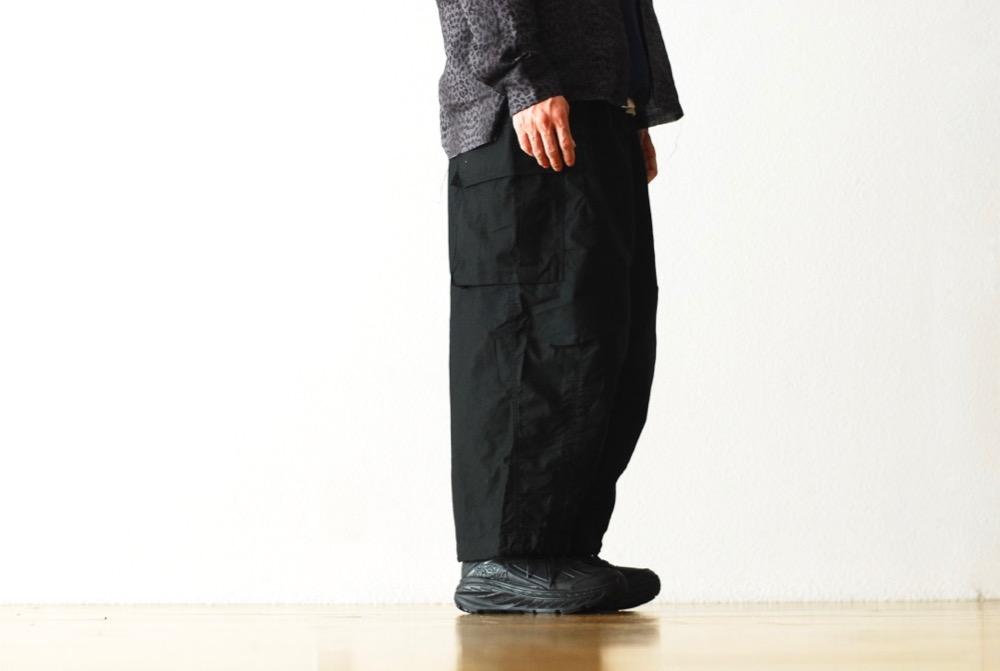 例如豹紋襯衫和帽 Tee 所綜合的休閒感又或是藉由 Oversized 衛衣及亮橘漁夫帽的搭配,都讓整體風格偏向時髦多元的都會造型