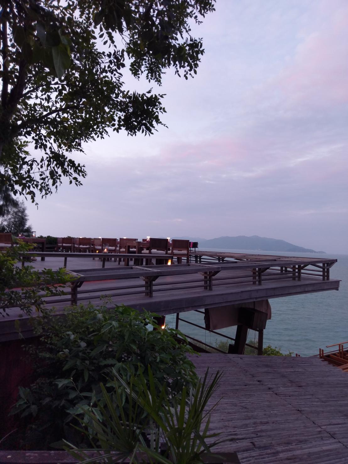 ▲余荃斌這次住了兩間飯店,也到了飯店制高點享用美食配美景。