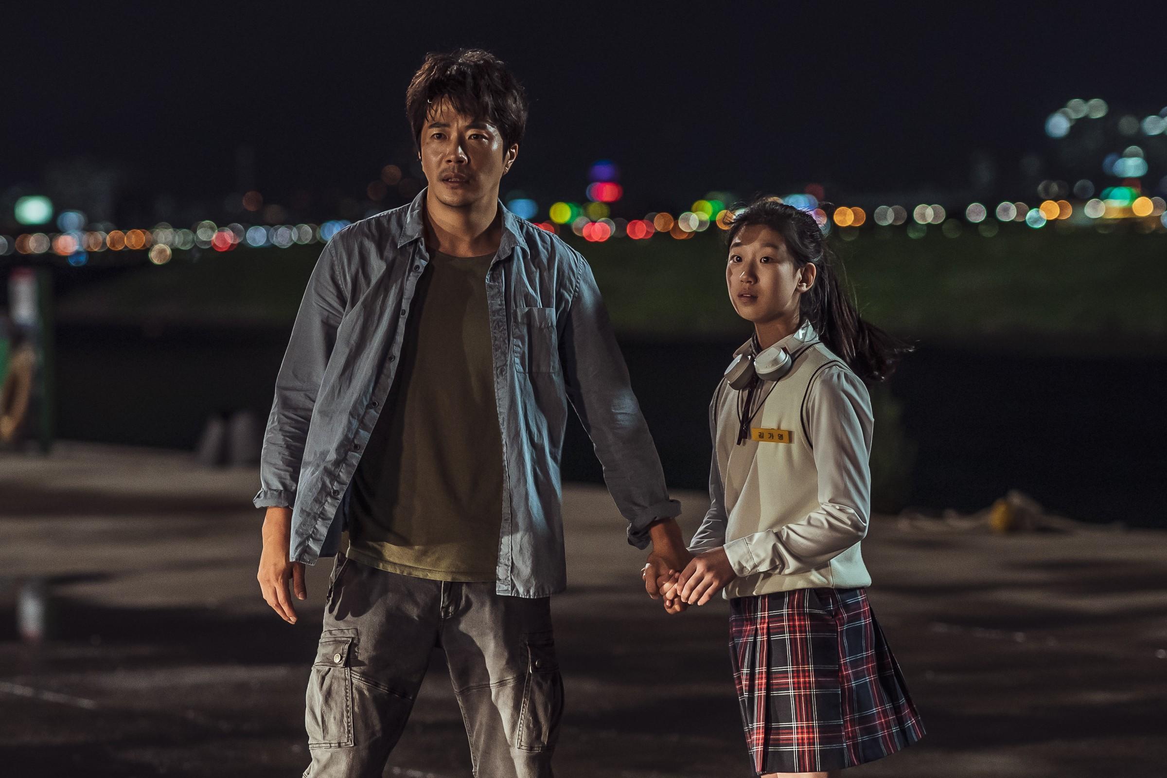 《大畫特務》權相佑(左)化身暖爸為救女兒重出江湖,掀起特務界腥風血雨