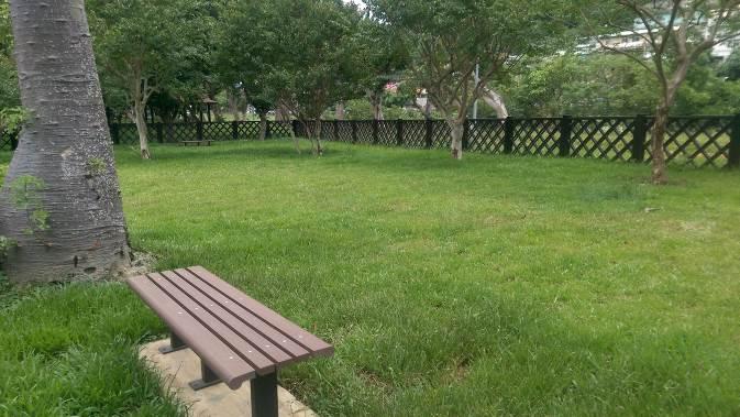 至善公園(福林)狗狗活動區是第一個木造狗活動區,融入自然環境中。圖/北市府動保處