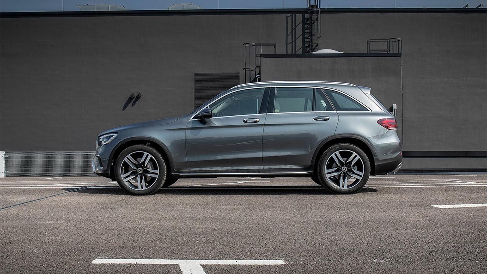 圖/2020 M-Benz GLC 200車側肩膀線條相當厚實,加上採用全新夜色的尾燈設計,也是新世代Mercedes-Benz運動休旅家族最佳識別。