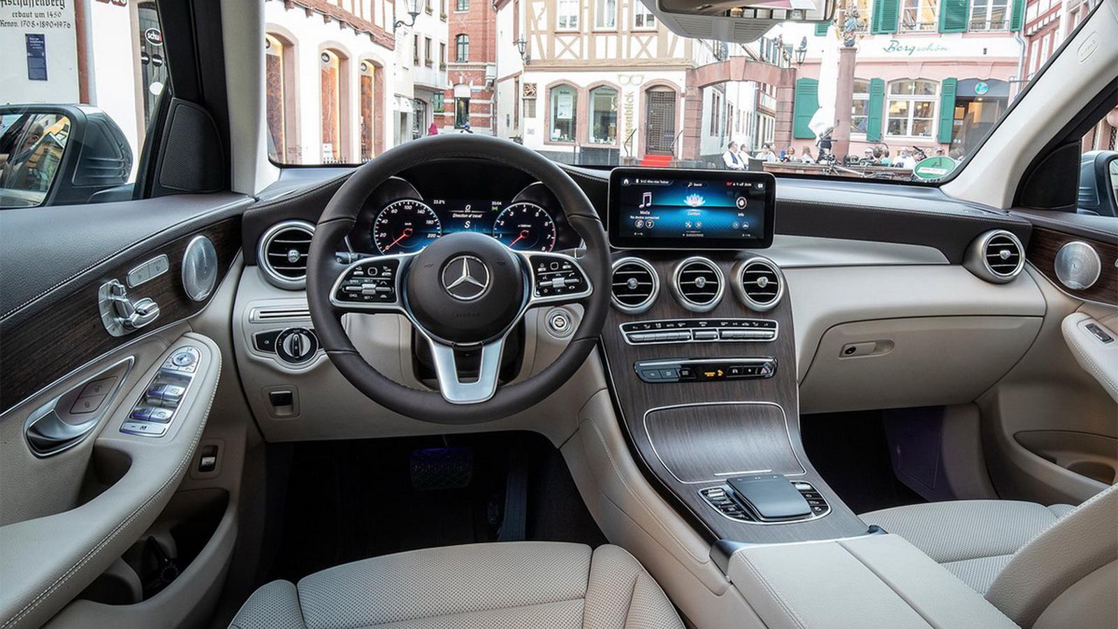 圖/2020 M-Benz GLC 200標配10.25吋觸控數位螢幕,搭載MBUX多媒體系統,帶給駕駛奢華的視覺與觸覺體驗。