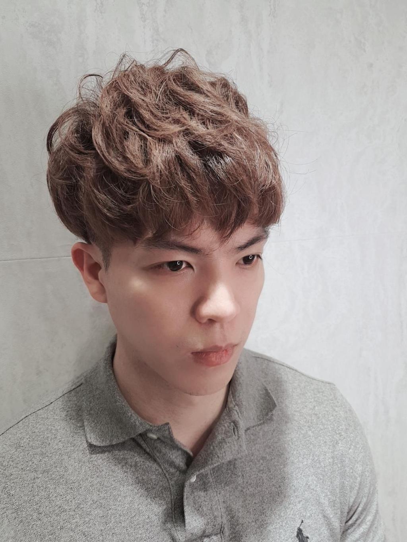 偏暖的咖色搭上韓式髮型蘑菇頭,捲度隨手抓一下就可以出門,凌亂的感覺也能散發一種暖心氣息感